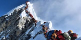 crowd in mount Everest